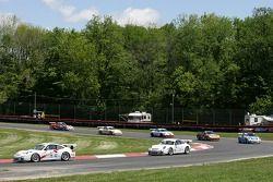 Tom Pank leads mène un groupe de voitures