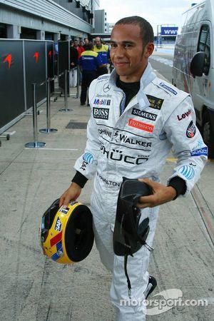 Lewis Hamilton retourne dans la pitlane après avoir stoppé en piste