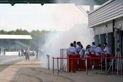 Fumée dans la pitlane à côté de Toyota Racing