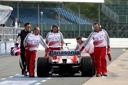 La voiture de Franck Montagny retourne aux stands après avoir stoppé sur le circuit