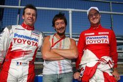 Portrait d'équipe chez Toyota F1 Team avec Olivier Panis, Ralf Schumacher et Chris Rea