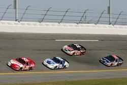 Denny Hamlin mène un groupe de voitures