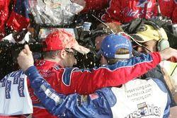 Victory lane: le vainqueur Tony Stewart avec Kevin Harvick