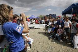 Sébastien Loeb pose avec les fans