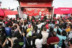 Loris Capirossi, Ducati; Sete Gibernau, Ducati