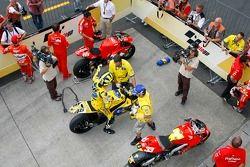 Polesitter Loris Capirossi, Ducati; 2. Valentino Rossi, Yamaha; 3. Marco Melandri, Honda