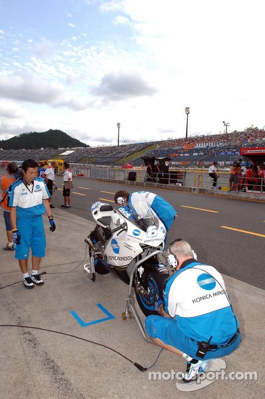 Miembros del equipo Konica Minolta Honda en el trabajo