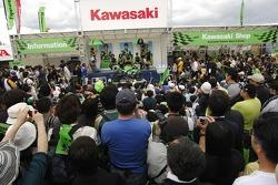 Наоки Мацудо, Рэнди де Пюнье и Шинья Накано с фанатами