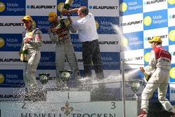 Podium: champagne pour Martin Tomczyk, Bernd Schneider et Heinz-Harald Frentzen