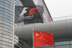 Drapeau chinois et drapeaux de F1 sur le circuit