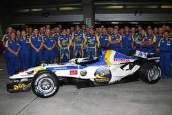 Séance photo Honda Racing F1 Team avec une livrée spéciale Chine : Anthony Davidson, Rubens Barrichello et Jenson Button