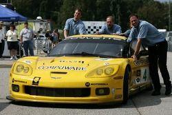 La Corvette C6-R #4 Corvette Racing poussée dans les paddocks