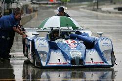 Les membres du Autocon Motorsports poussent leur voiture sous la pluie
