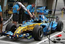 Les mécaniciens Renault s'entraînent au refueling sur la voiture de Fernando Alonso