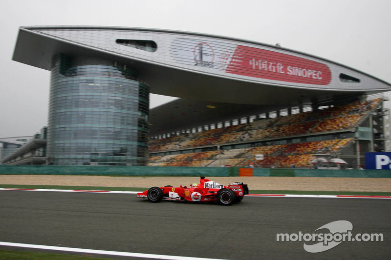 Шумахер и Алонсо закончили первый день пятым и шестым с разницей в одну десятую секунды. Обоих обогнал новобранец Ferrari Фелипе Масса – но и ему потребовалась в пятницу замена мотора, что привело к потере десяти позиций на решетке.