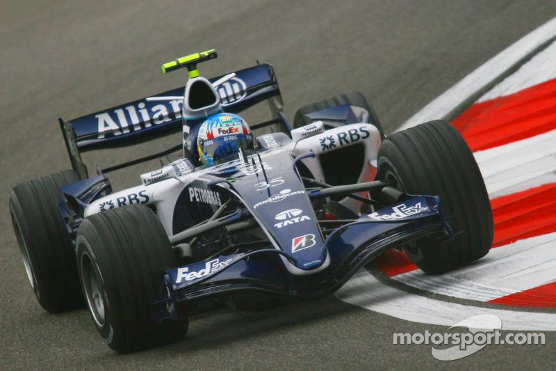 В то время команды, завершившие прошлый сезон в нижней половине Кубка конструкторов, имели право использовать в пятничных тренировках третью машину. Именно такие «пятничные гонщики» обычно и возглавляли протокол. В Шанхае в обеих сессиях лучшим стал Алекс Вурц из Williams (обратите внимание на №35). Утром второе время показал Энтони Дэвидсон (Honda), после обеда – Феттель на BMW-Sauber.