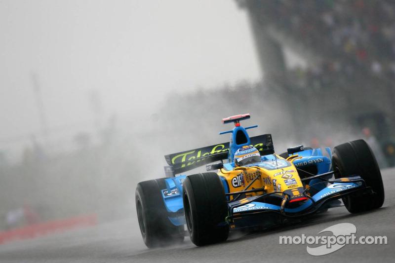 В дебюте Алонсо выигрывал у соперников по секунде на круге, однако вскоре трасса начала подсыхать, что изменило расстановку сил.