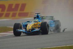 Giancarlo Fisichella roule sur le rétroviseur de la McLaren Mercedes de Kimi Raikkonen