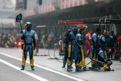 Membres de l'écurie Renault F1 Team prêts pour un pitstop