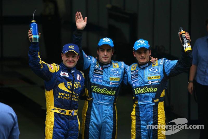 Ganador de la pole Fernando Alonso celebra con Rubens Barrichello y Giancarlo Fisichella