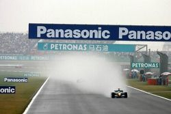 Фернандо Алонсо, Renault, лидирует