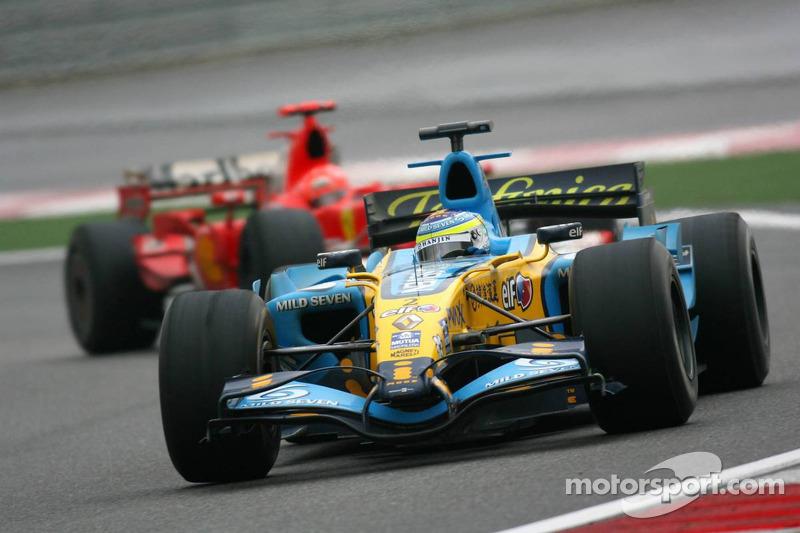…но план не сработал. В Renault тотчас скомандовали своему пилоту ехать на пит-стоп, и Физикелла успел выскочить на трассу прямо перед Ferrari.