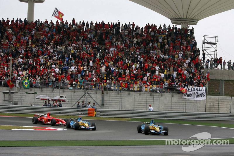 Алонсо явно сдерживал своих преследователей, и в Renault понимали, что у него нет шансов удержать лидерство. Физикелла перешел в атаку, и хотя первая попытка оказалась неудачной…