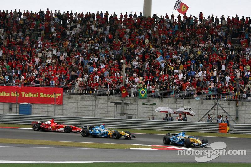 Giancarlo Fisichella delante de Fernando Alonso y Michael Schumacher