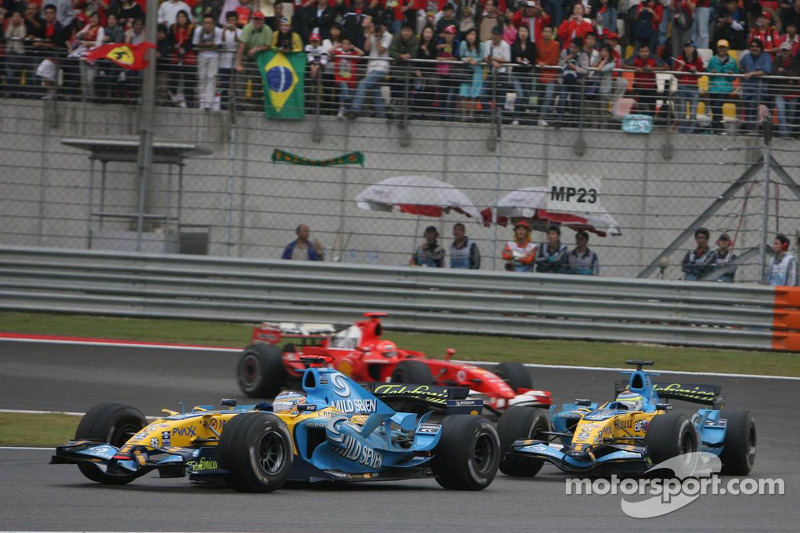 Fernando Alonso delante de Giancarlo Fisichella y Michael Schumacher