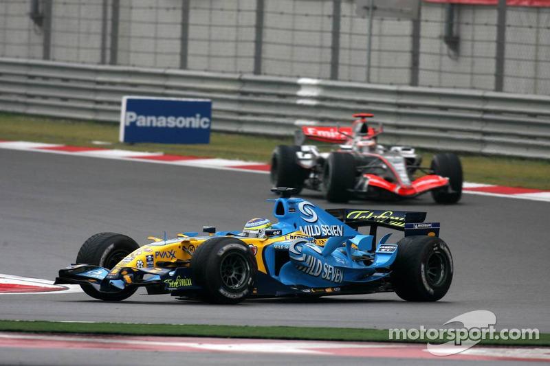 На том же 14-м круге, когда Шумахер стал четвертым, Райкконен смог обогнать Физикеллу и подняться на второе место. Кими сразу начал отрываться – но в этот момент он уже уступал лидирующему Алонсо 15 секунд. Михаэль вел свою гонку еще в десяти секундах позади.