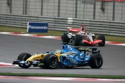 Джанкарло Физикелла, Renault, и Кими Райкконен, McLaren