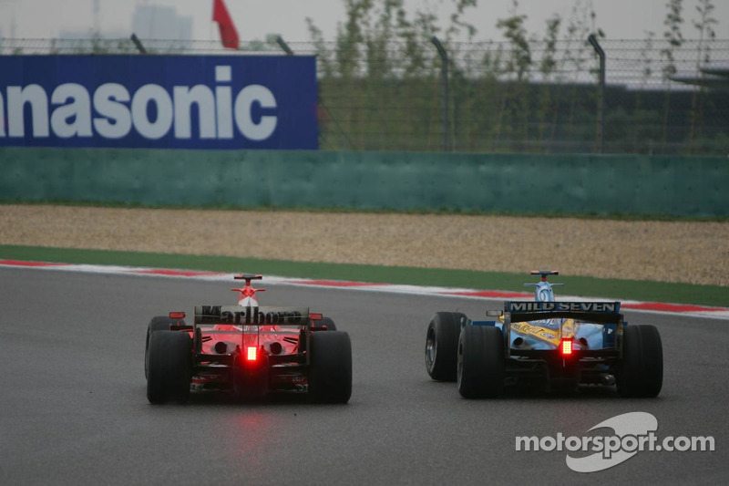 Michael Schumacher supera a Fernando Alonso