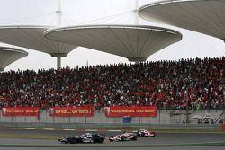 Mark Webber devant Jarno Trulli