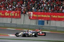 Rubens Barrichello devant Pedro de la Rosa