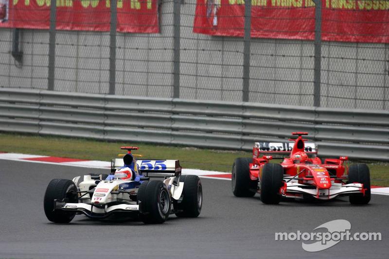Уже на восьмом круге Шумахер поднялся на пятое место, оставив позади Баттона, и начал атаковать Баррикелло. Конечно же, это не могло не вызвать шуток о том, что Рубенс, который до предыдущего сезона выступал за Ferrari, пропустит бывшего напарника, как делал это много лет. Но бразилец сопротивлялся еще пять кругов.