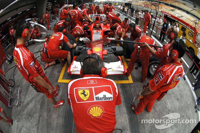 Miembros del equipo Ferrari en el trabajo