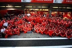 Le vainqueur Michael Schumacher fête devant les membres de l'écurie Ferrari