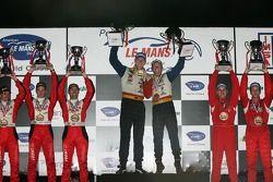 Podium LMGT2 : vainqueurs de classe Jorg Bergmeister et Patrick Long, avec les 2e Anthony Lazzaro, Maurizio Mediani et Marino Franchitti, et les 3e Scott Maxwell, David Brabham et Sébastien Bourdais