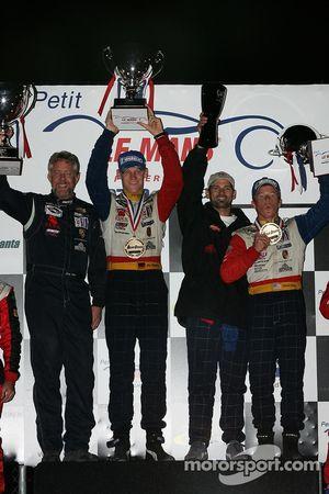 Podium LMGT2 : vainqueurs de classe Jorg Bergmeister et Patrick Long avec les propriétaires de l'écu