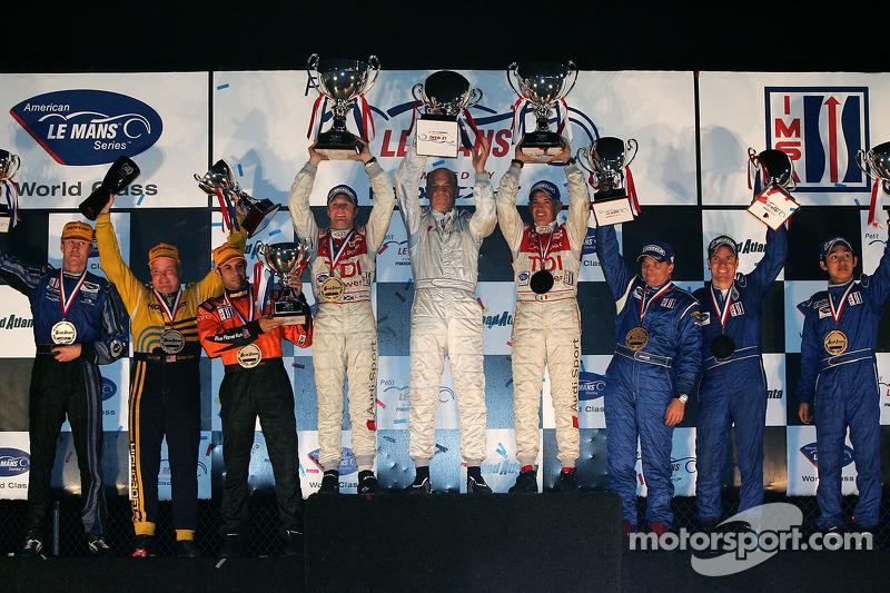 Podium LMP1 : vainqueurs de classe et du général Allan McNish et Rinaldo Capello, avec les 2e Stefan