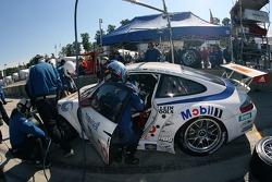 Pitstop pour la Porsche 911 GT3 RSR #23 Alex Job Racing : Dominik Farnbacher, Marcel Tiemann, Robin Liddell