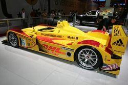 La version course de la Porsche RS Spyder 2007 est présentée au salon de l'automobile de Paris