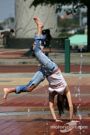 Visite d'Atlanta : une fille s'amuse dans l'eau dans le parc olympique