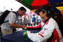 Sakon Yamamoto signe des autographes pour les fans