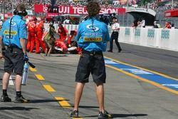 Renault F1 Team observ a Scuderia Ferrari volver a boxes