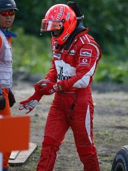 Michael Schumacher arrêté en piste avec un problème moteur