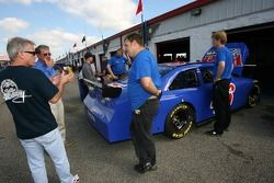 Ricky Rudd discusses discute avec les membres de l'équipe Wyler Racing