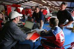 Scott Riggs discute avec les ingénieurs de Evernham