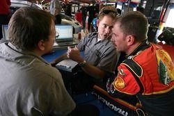 Kerry Earnhardt discute avec des ingénieurs de la DEI
