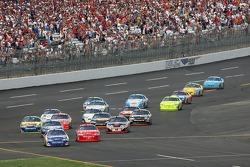 Brian Vickers mène le deuxième groupe de voitures sur la pit road